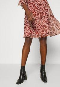 ONLY - ONYVILMA DRESS - Vestido informal - picante - 3