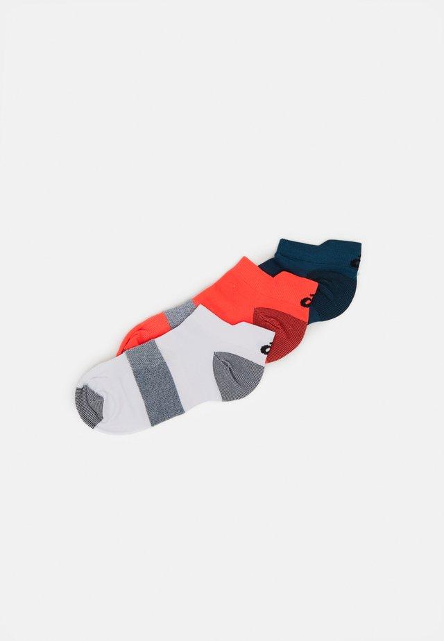 LYTE 3 PACK UNISEX - Sports socks - flash coral/white/magnetic blue
