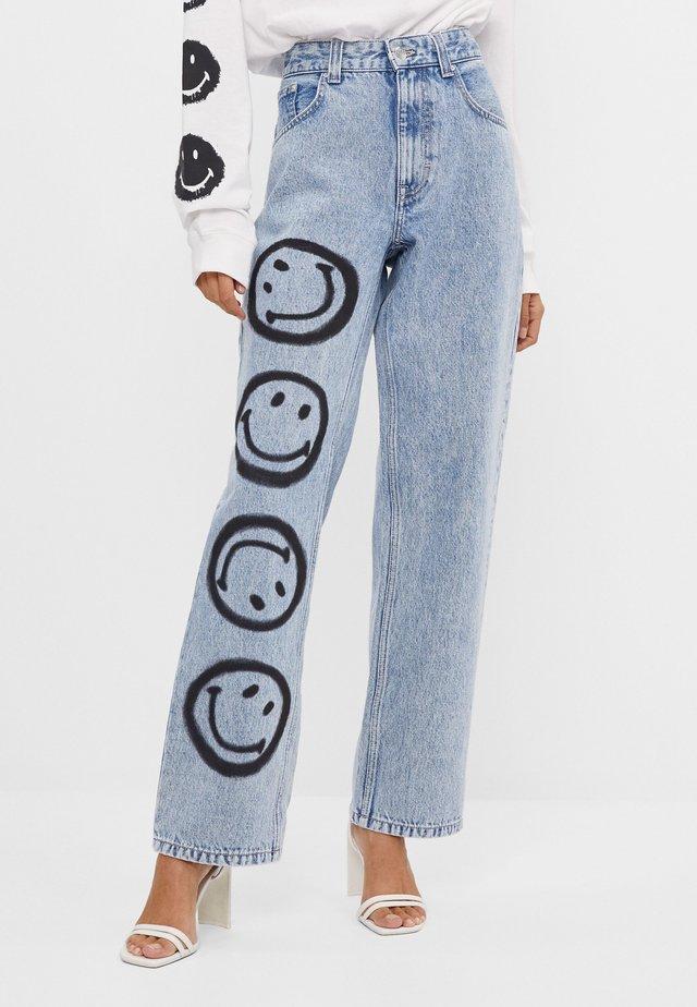 MIT SMILEY-PRINT - Jeans Straight Leg - blue denim