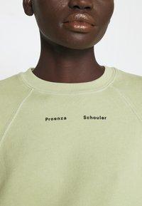 Proenza Schouler White Label - MODIFIED RAGLAN TIE DYE - Sweatshirt - spanish moss - 5