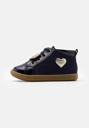 BOUBA HEART - Chaussures premiers pas - navy/platine