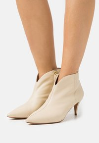 Pura Lopez - Ankle boots - cream - 0