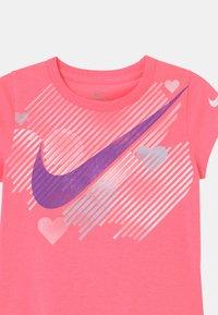 Nike Sportswear - STAMPED HEART - Triko spotiskem - sunset pulse - 2