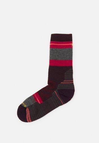 WOMENS PERFORMANCE HIKE FULL CUSHION SATURNSPHERE CREW - Sports socks - bordeaux