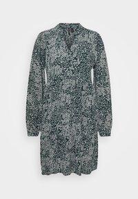 VMCAITLYNN SHORT DRESS - Košilové šaty - ponderosa pine/caitlynn/snow white