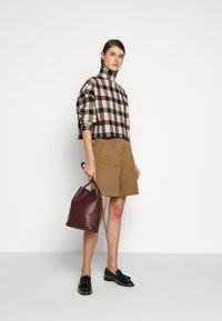 Victoria Victoria Beckham - Shorts - fawn brown - 1