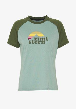 SUNSETZ TEE - T-shirt z nadrukiem - granite green/bronze green