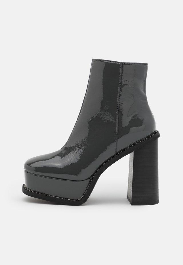 HELSINKI EXTREME PLATFORM BOOT - Kotníková obuv na vysokém podpatku - grey