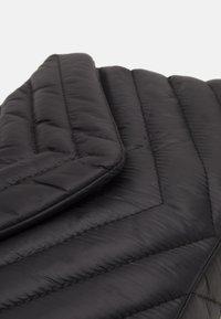 PARFOIS - CROSSBODY CHUCK L - Across body bag - black - 3