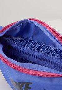 Nike Sportswear - HERITAGE UNISEX - Bum bag - sapphire/cosmic fuchsia/iron grey - 3