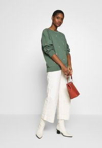 GAP - WIDE LEG CHINO SOLID - Flared Jeans - ivory frost - 1