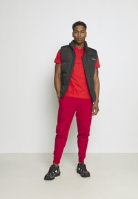 Nike Sportswear - TONE - Pantalon de survêtement - gym red/fusion red - 1