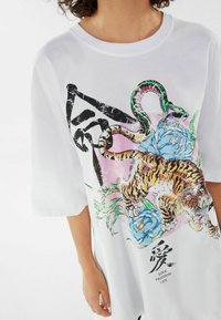 Bershka - MIT TIGERPRINT - Print T-shirt - nude - 3