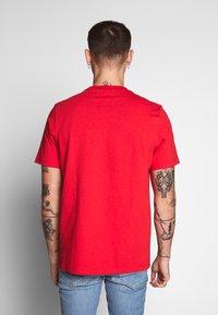 adidas Originals - ADICOLOR PREMIUM SHORT SLEEVE TEE - T-shirt imprimé - lusred - 2