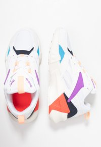 Reebok Classic - AZTREK DOUBLE POPS LIGHT CUSHION SHOES - Tenisky - white/grape punch/bright - 3