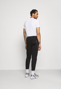 Redefined Rebel - HARVEY PANTS - Cargo trousers - black - 2