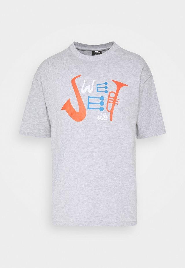 UNISEX SWEET 90S LOOSE TEE - T-shirt print - light grey melange