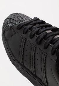 adidas Originals - SUPERSTAR - Sneakersy niskie - core black - 2