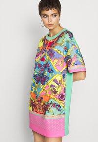 Versace Jeans Couture - Sukienka z dżerseju - rose wild orchid - 4