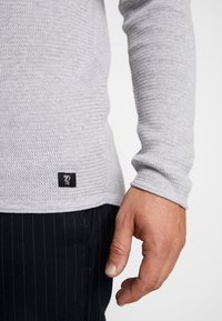 TOM TAILOR DENIM - ZIGZAG STRUCTURED CREWNECK - Jumper - lava stone grey melange - 5