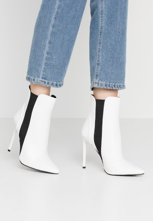 AXELLE - High heeled ankle boots - white