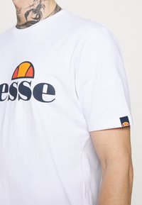 Ellesse - SMALL LOGO PRADO - Print T-shirt - white - 3