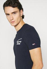 Tommy Jeans - STRETCH CHEST LOGO TEE  - T-shirt z nadrukiem - twilight navy - 5