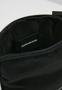 Calvin Klein Jeans - MONOGRAM MICRO FLATPACK - Sac bandoulière - black - 4