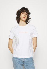 Calvin Klein Jeans - SHRUNKEN INSTITUTIONAL TEE - T-shirts med print - bright white - 0