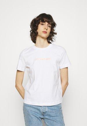 SHRUNKEN INSTITUTIONAL TEE - Print T-shirt - bright white