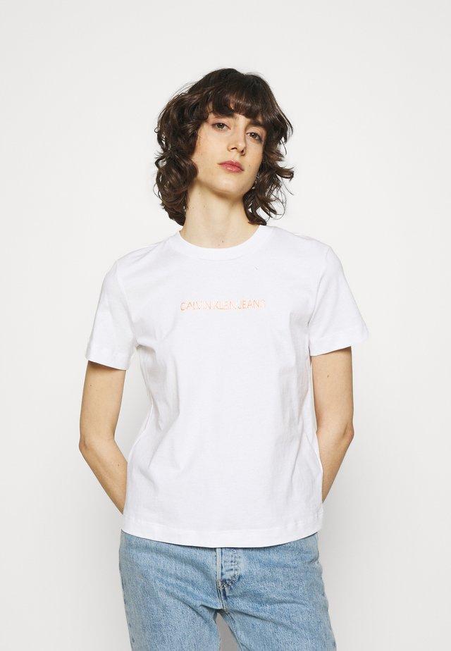 SHRUNKEN INSTITUTIONAL TEE - T-shirts print - bright white
