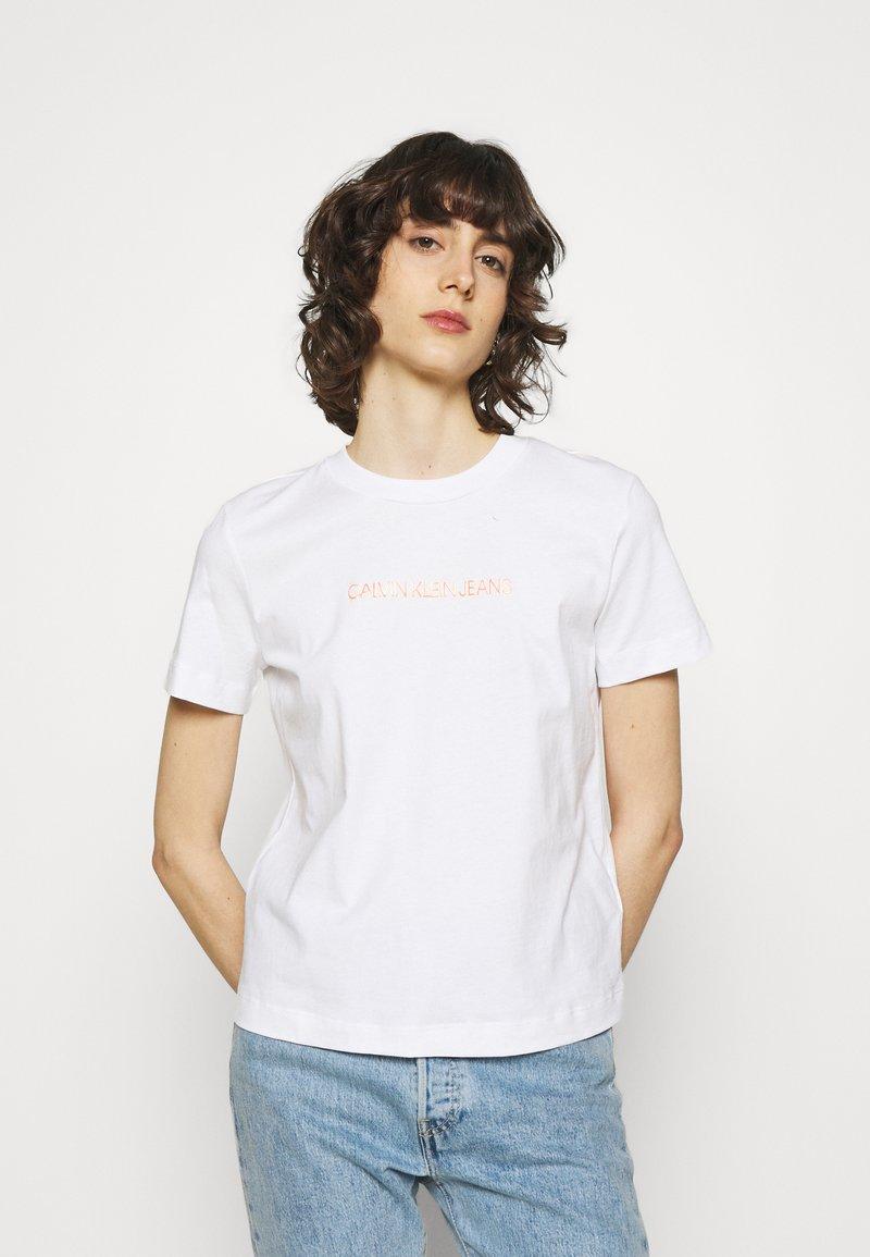 Calvin Klein Jeans - SHRUNKEN INSTITUTIONAL TEE - T-shirts med print - bright white
