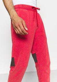 Jordan - AIR PANT - Tracksuit bottoms - gym red/black - 3