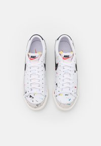 Nike Sportswear - BLAZER LOW '77  - Sneakersy niskie - white/black/sail/team orange - 5
