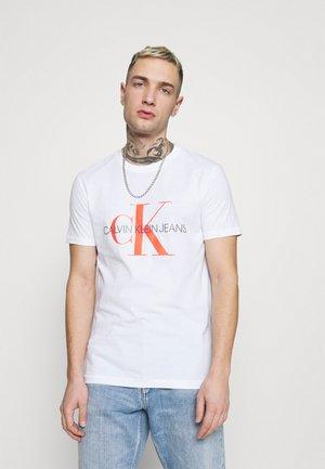 SEASONAL MONOGRAM TEE - T-shirt print - bright white/neon