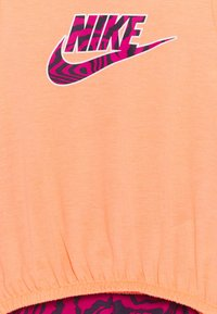 Nike Sportswear - SET - Print T-shirt - fireberry - 3