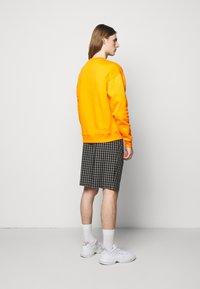 Holzweiler - HANGER CREW UNISEX - Sweatshirt - orange - 2