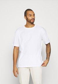 RETHINK Status - OVERSIZED UNISEX - T-shirt med print - white - 0