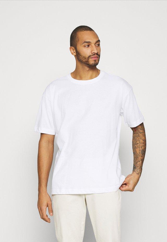 OVERSIZED UNISEX - T-shirt imprimé - white