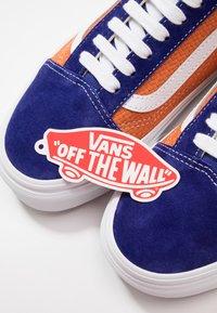 Vans - OLD SKOOL UNISEX - Sneakers - royal blue/apricot buff - 5