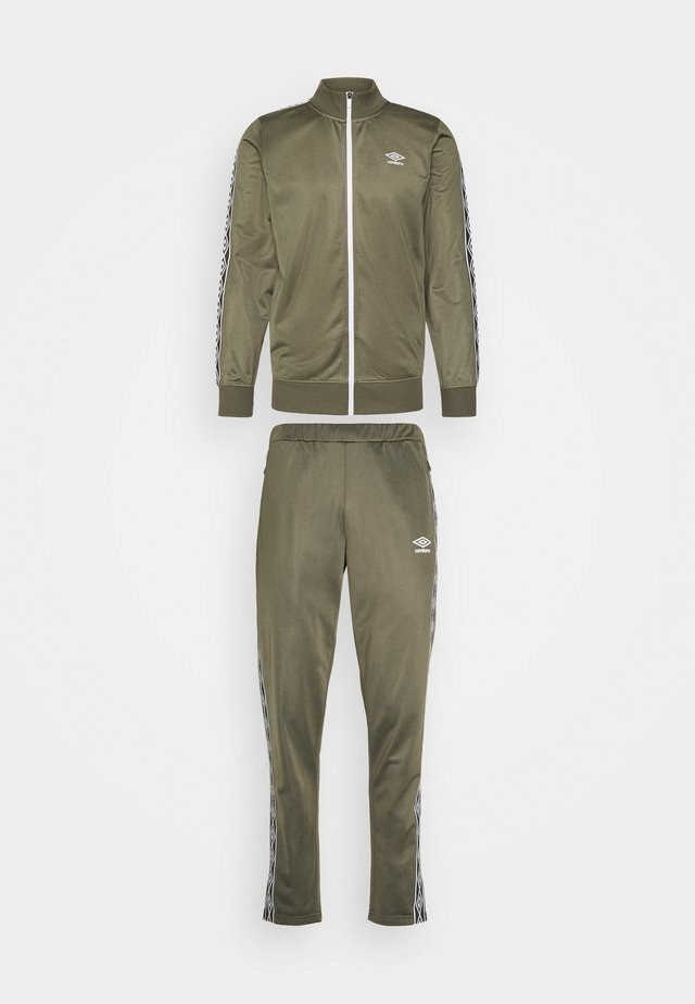 ACTIVE STYLE TAPED TRACKSUIT - Dres - olive night/white