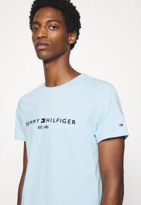 Tommy Hilfiger - LOGO TEE - T-shirt z nadrukiem - blue - 4