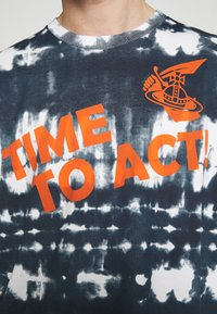 Vivienne Westwood Anglomania - TIME TO ACT - Print T-shirt - dark blue - 6