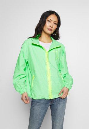 WORDING TAPE ANORAK - Lehká bunda - soft neo green