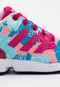 adidas Originals - ZX FLUX  - Tenisky - bolt pink/footwear white - 5