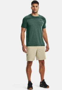 Under Armour - SEAMLESS SS - Print T-shirt - toddy green - 1