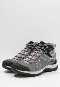 Salomon - ELLIPSE 2 MID GTX - Chaussures de marche - lead/stormy weather/coral almond - 2
