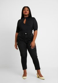 Lost Ink Plus - PUFF SLEEVE WITH KEYHOLE - T-shirts med print - black - 1
