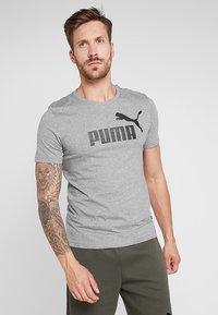 Puma - LOGO TEE - T-shirt imprimé - medium gray heather - 0