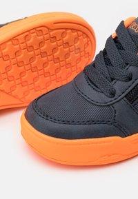 Kappa - UNISEX - Sports shoes - navy/orange - 5